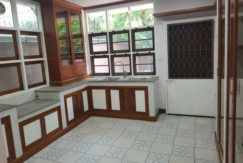 House in Sukhumvit 14 for rent - separated kitchen