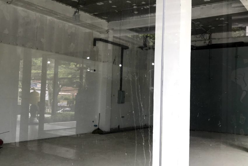 Retail shop for rent facing Ekkamai Road - 100 m from BTS