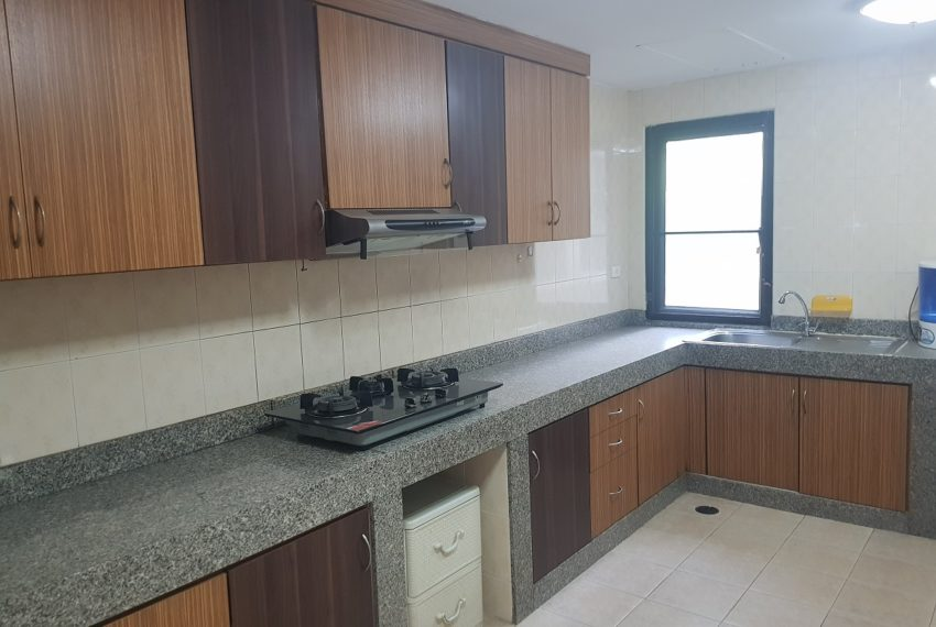 Large condo for rent 3 bedrooms low floor Prestige Towers - separated kitchen