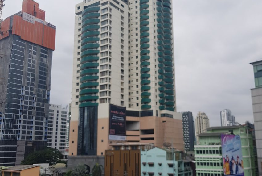 Las Colinas high rise condominium in Asoke