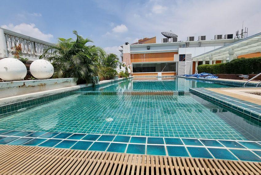 Le Nice Ekamai - rooftop swimming pool