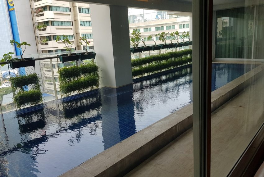 Le Raffine Jambunuda Sukhumvit 31 Sale Luxury Condominium with Private Pool - balcony swimming pool
