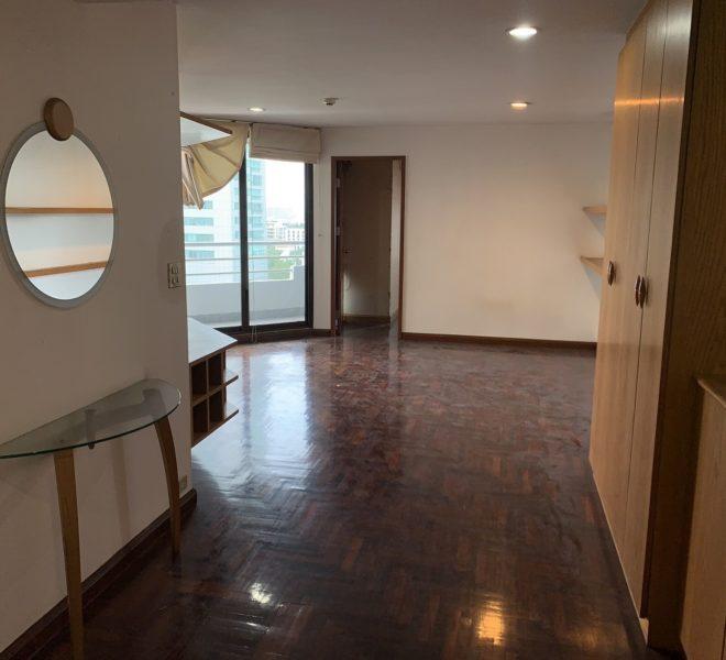 Large flat for sale at Sukhumvit 16 - 2-bedroom - under-market price - Lake Avenue condominium