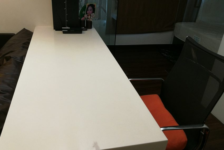 Lumpini Place Rama 9 - Ratchada 1-bedroom - work table