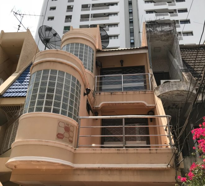 Townhouse near BTS Nana for rent - 3-story - 4-bedroom