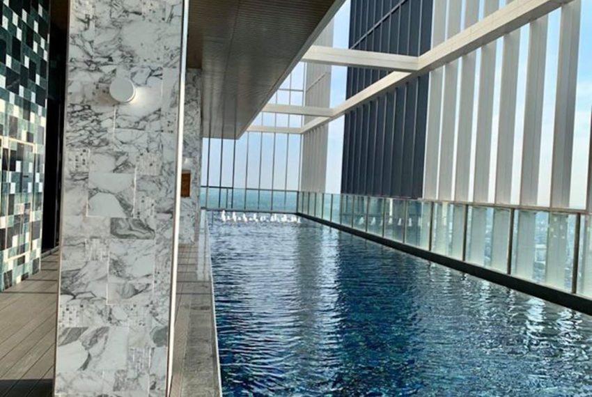 Park 24 condominium in Phrom Phong - swimming pool