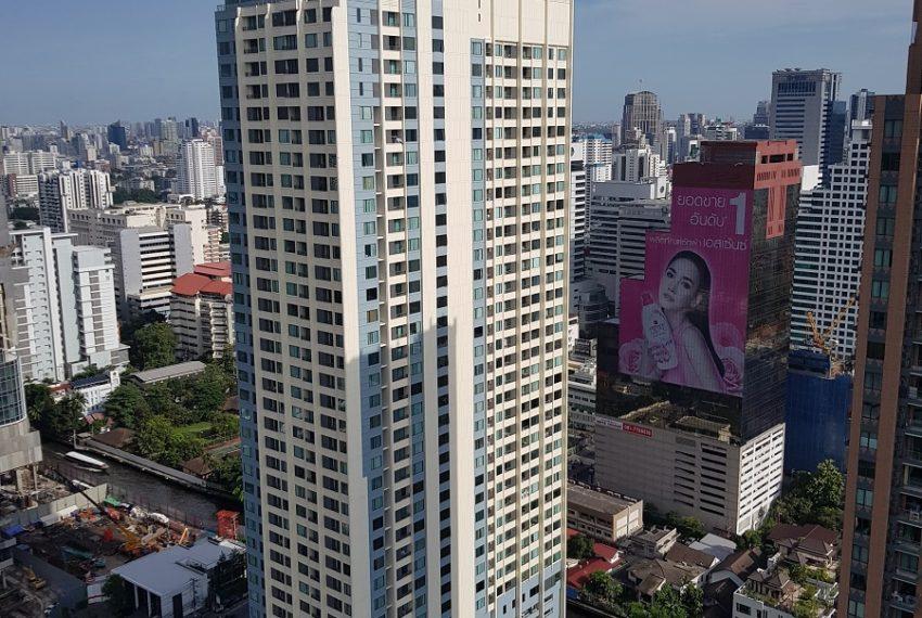 Q Asoke Condominium building 01
