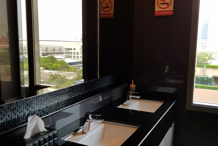 Q Asoke Condominium - fitness club toilet