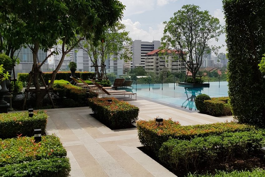 Q Asoke Condominium - graden swimming pool
