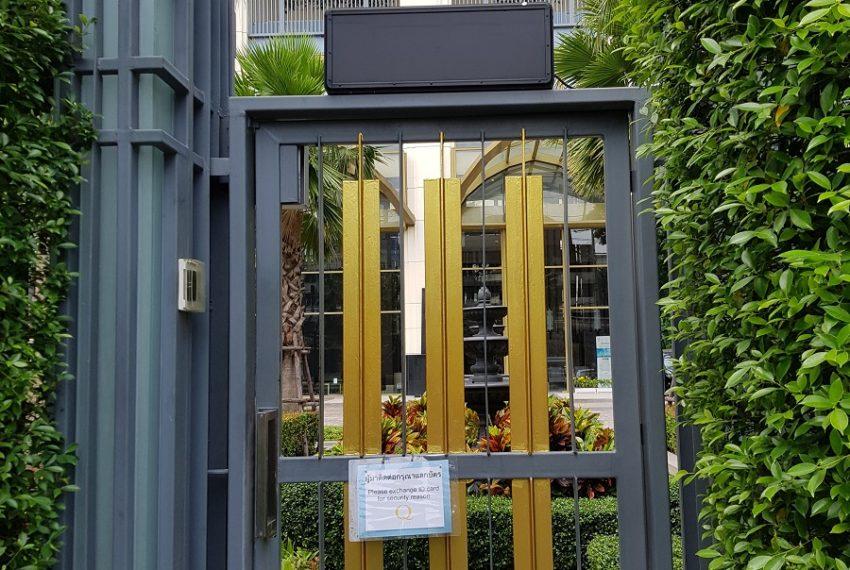 Q Asoke Condominium - security gate