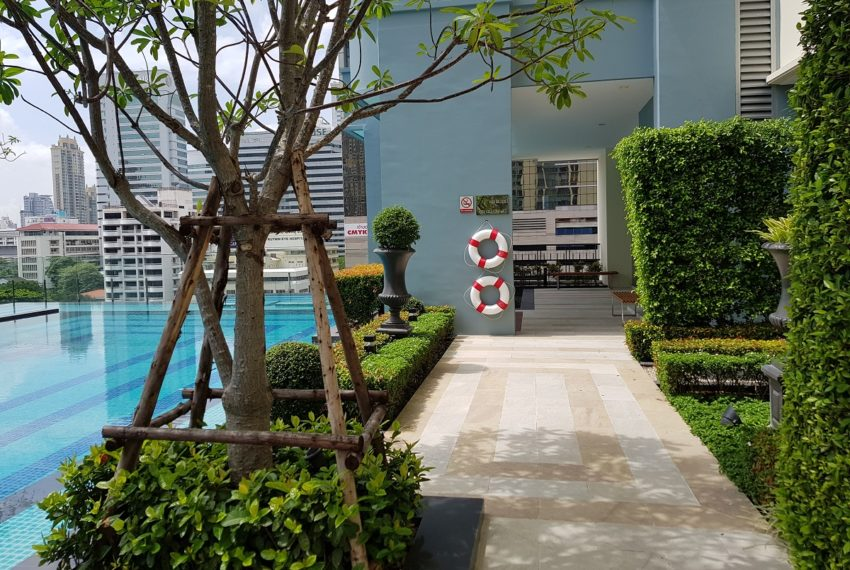 Q Asoke Condominium - swimming area