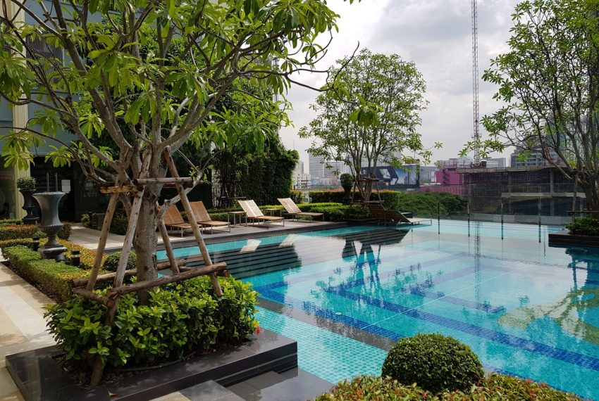 Q Asoke Condominium - swimming pool 01