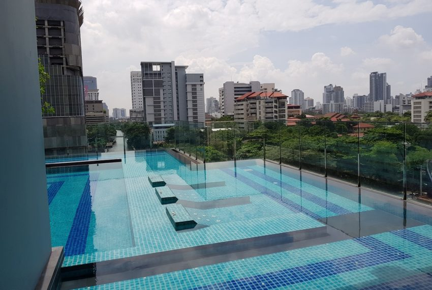 Q Asoke Condominium - swimming pool 02