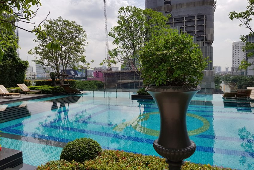 Q Asoke Condominium - swimming pool 8 floor