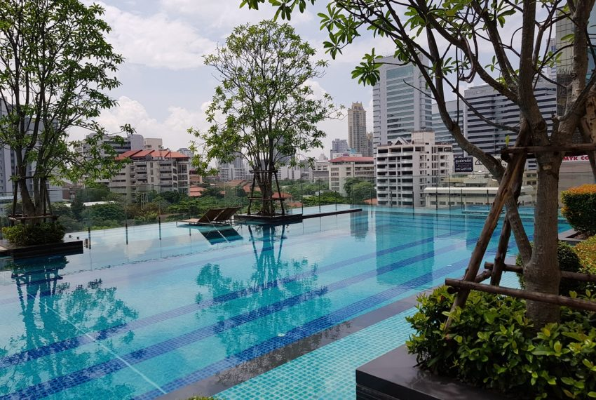 Q Asoke Condominium - swimming pool with garden