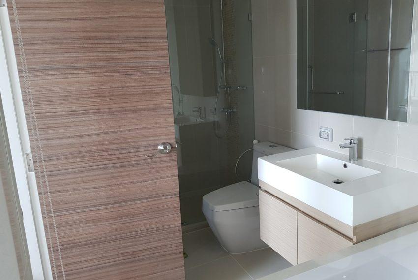 Q Asoke condo for sale 2-bed 2-bath toilet