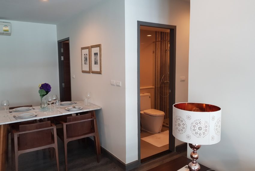 Rende Sukhumvit 23 2bedroom sale - toilet in living area