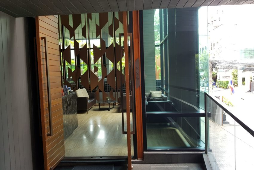 Rende Sukhumvit 23 serenity condo in Asoke - entrance