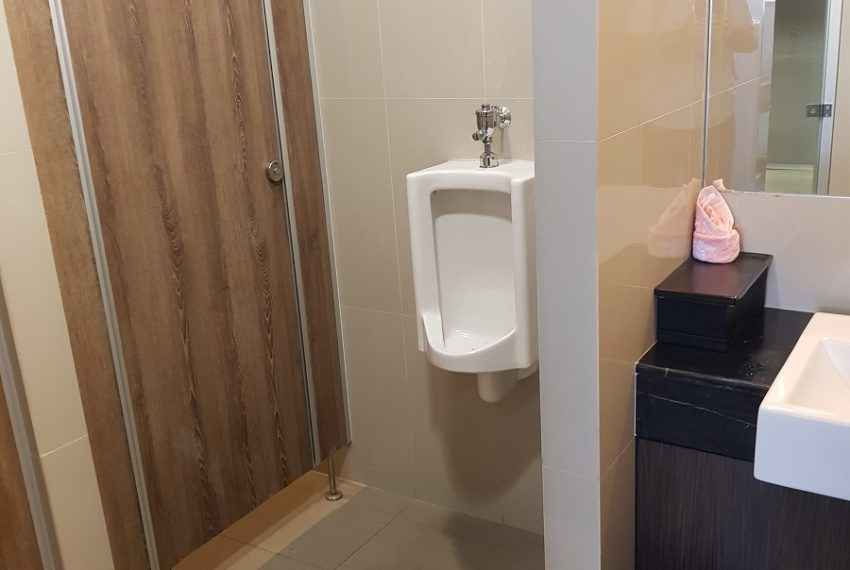 Rende Sukhumvit 23 serenity condo in Asoke - public toilet