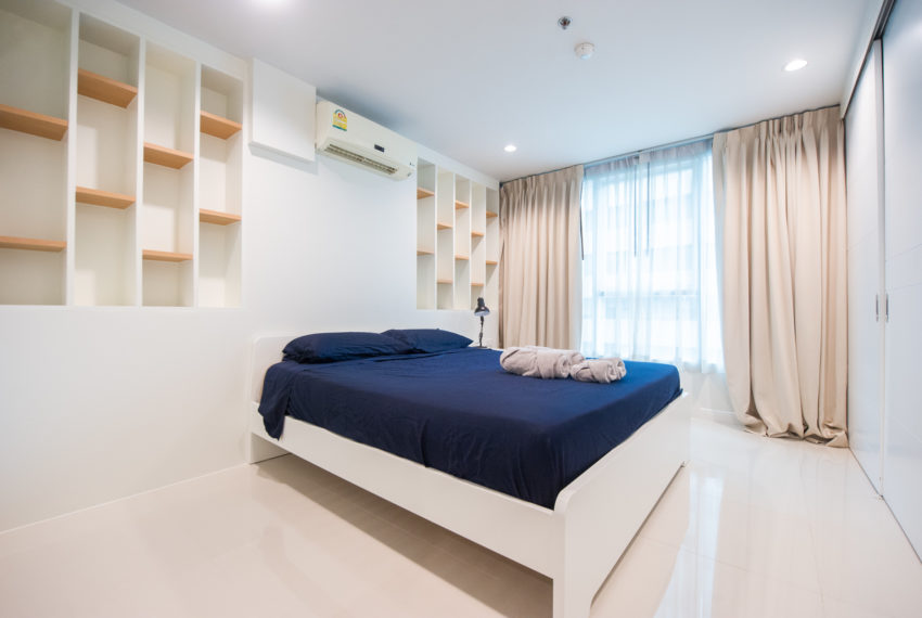 Rent Condo Near University in Sukhumvit Living Town in Asoke - bed