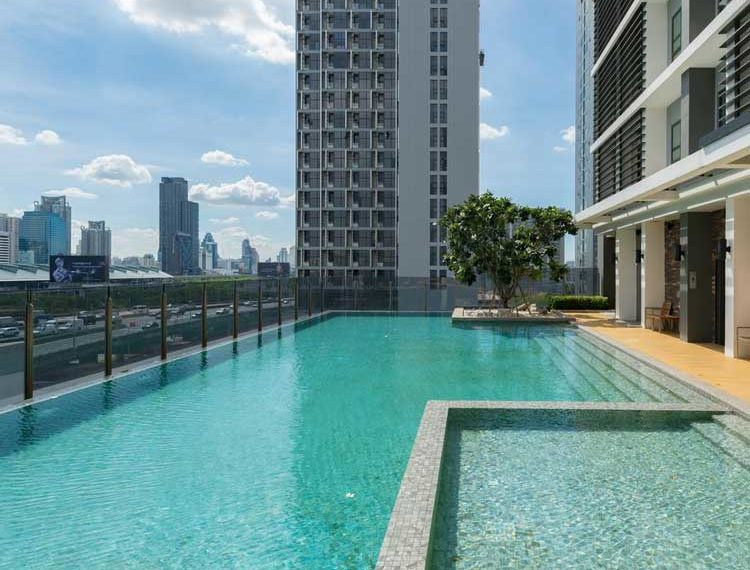 Rhythm-Asoke-Swimming-area