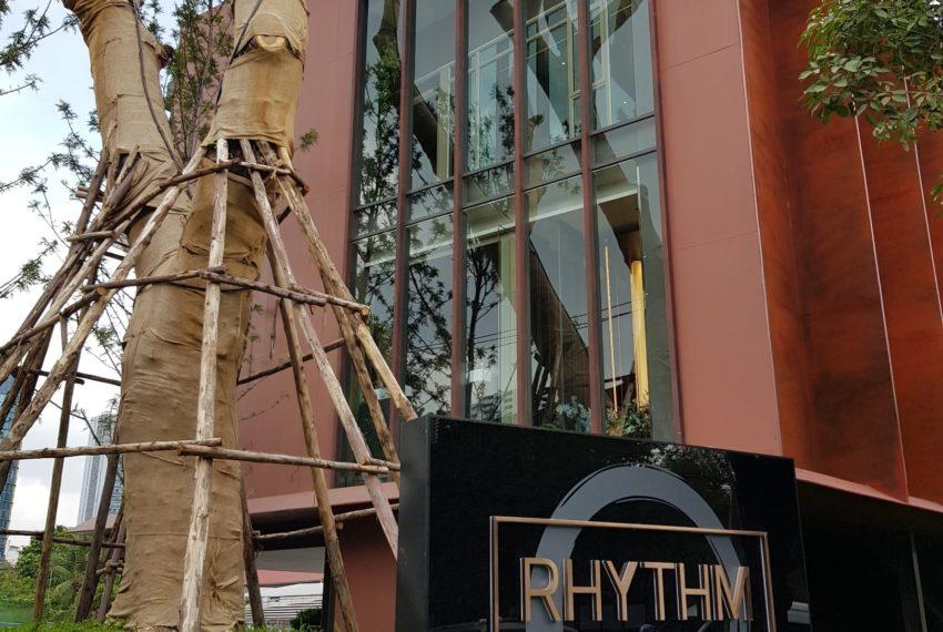 Rhythm Ekkamai condominium - entrance sign