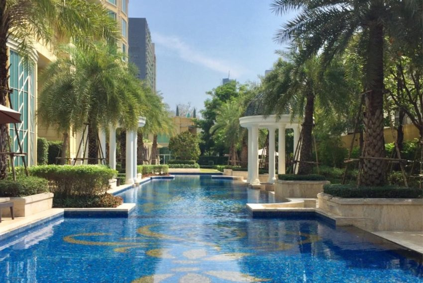 Royce Private Residences Condominium in Asoke - pool