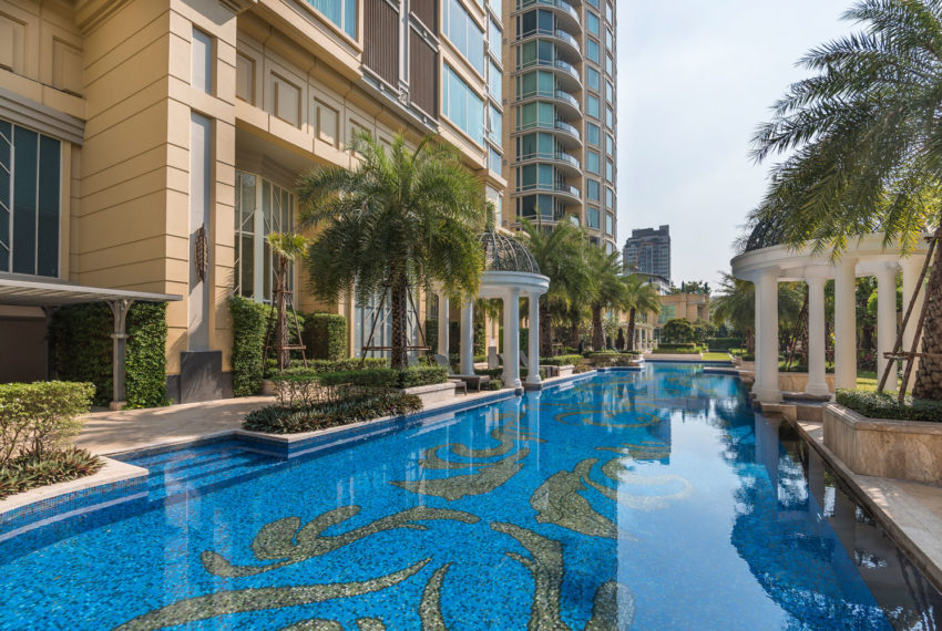 Royce Private Residences Condominium in Asoke - swimming