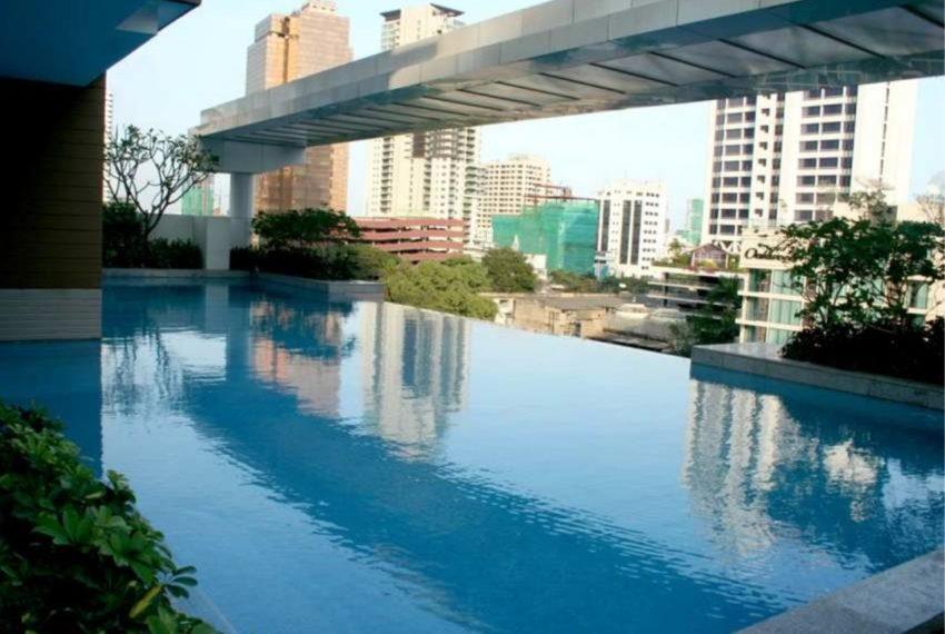Siri Residence condominium near BTS Phrom Phong - swimming pool