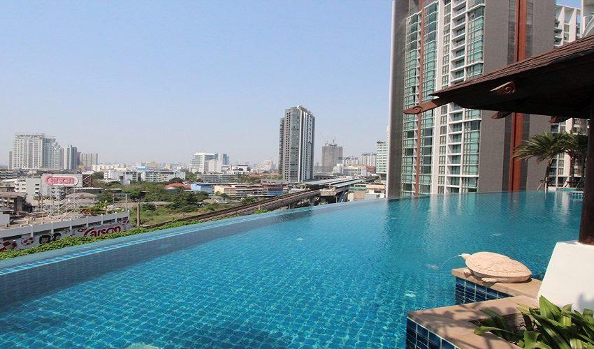 Sky Walk Condominium near Phra Khanong BTS - swimming pool