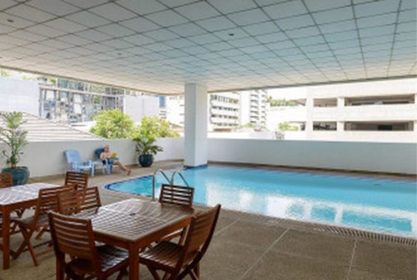 Sukhumvit Casa condo - roofed pool