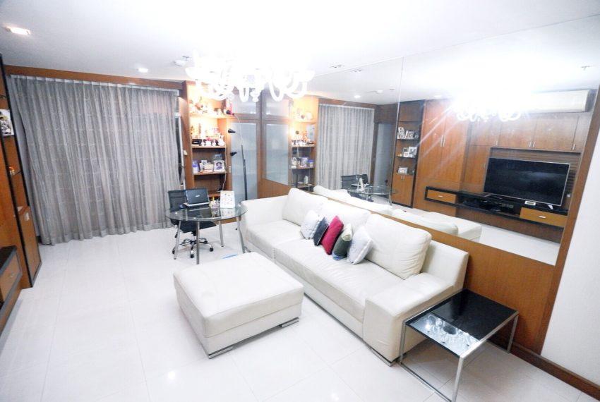 Sukhumvit-City-Resort-2-beds-sale-living room