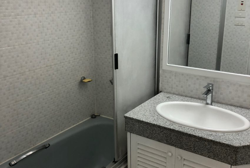 Sukhumvit House condo near Asoke BTS - Rent 2 bedroom - bathroom