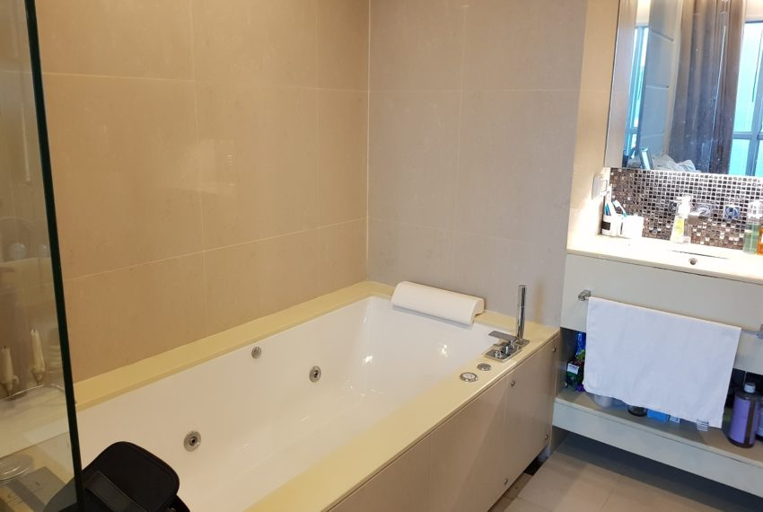 The Address Asoke 1 bedroom high floor for sale - jaccuzi