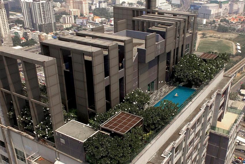 The-Address-Asoke-condominium-roof-garden-pool