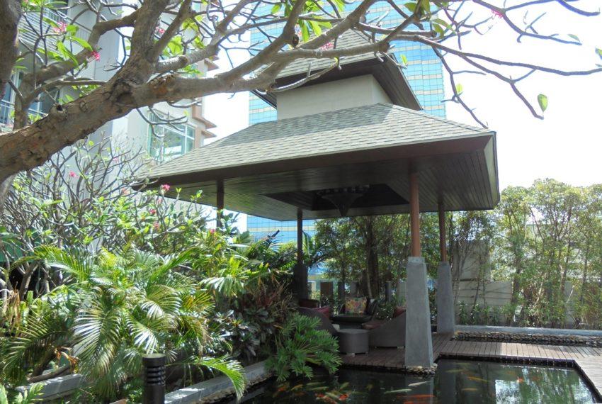 The Circle Petchaburi Condo 1-swimming pool area