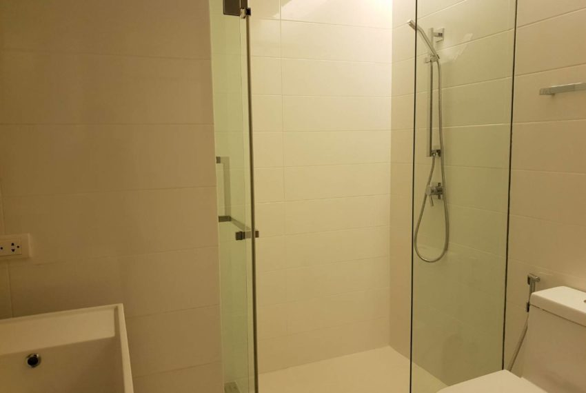 The-Room-Asoke-duplex-midfloor-room-bathroom