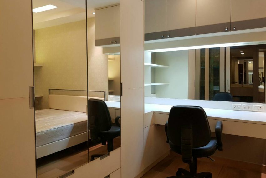 The-Trendy-Condominium-Sukhumvit-13-2-bedroom-RENT-makeup-table