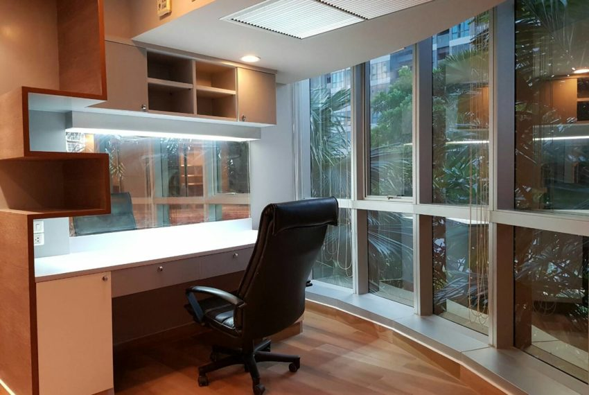 The-Trendy-Condominium-Sukhumvit-13-2-bedroom-RENT-working-table