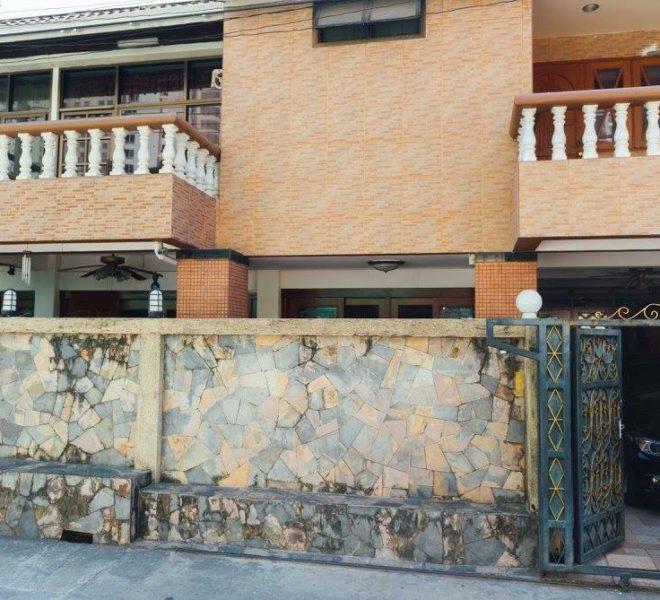 Townhouse Sukhumvit 26 for sale - facade