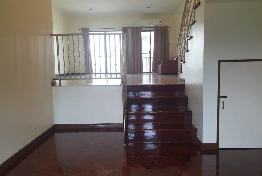 Townhouse in Sukhumvit 71 - stairs