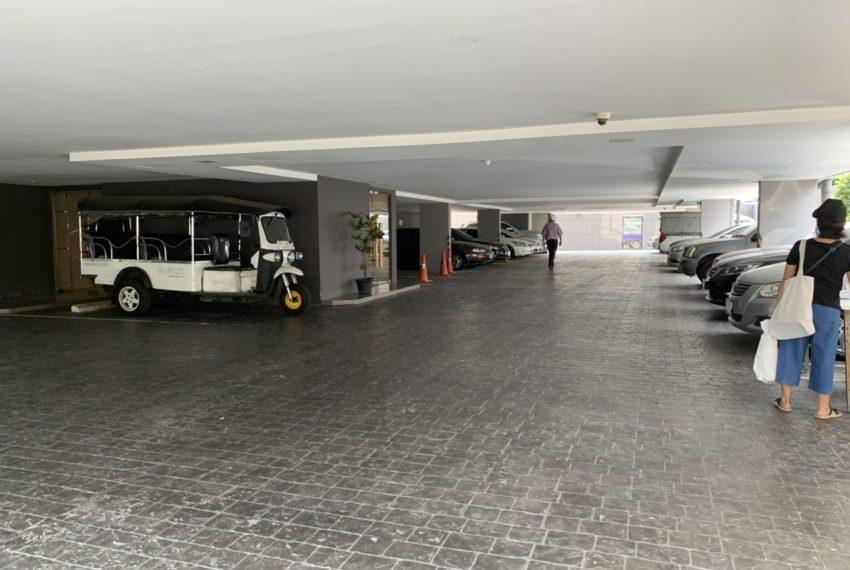 Trapezo Sukhumvit 16 - Parking