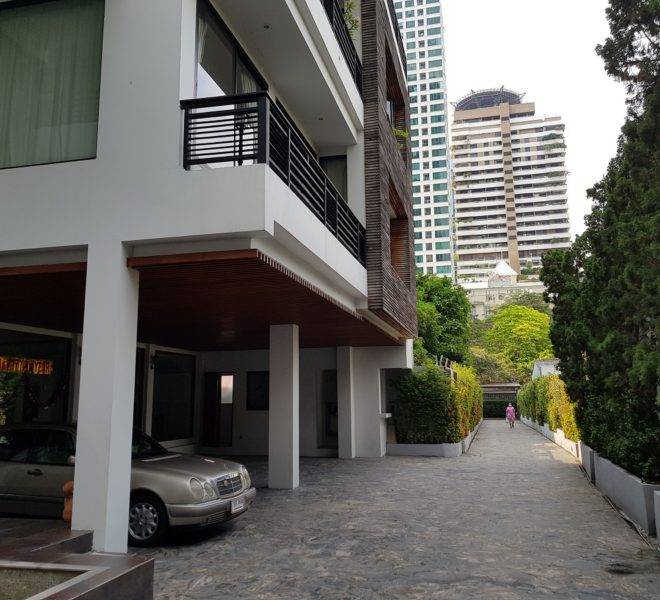 Unique House in the midst of Asoke - entrance