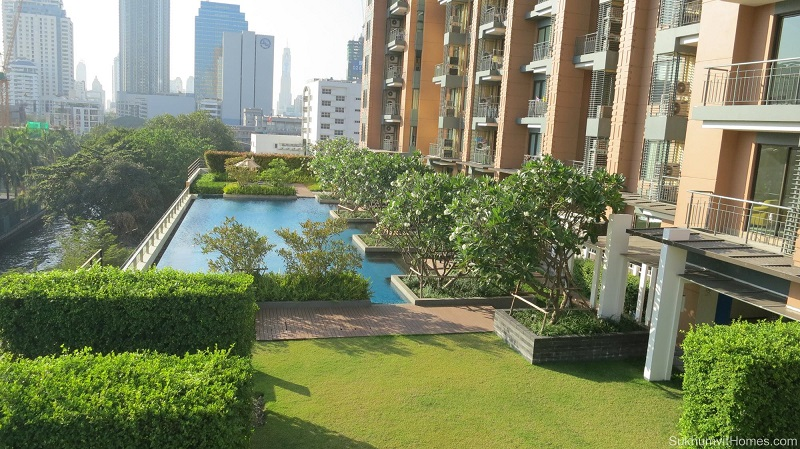 Villa Asoke Condominium - swimming pool and park area 01