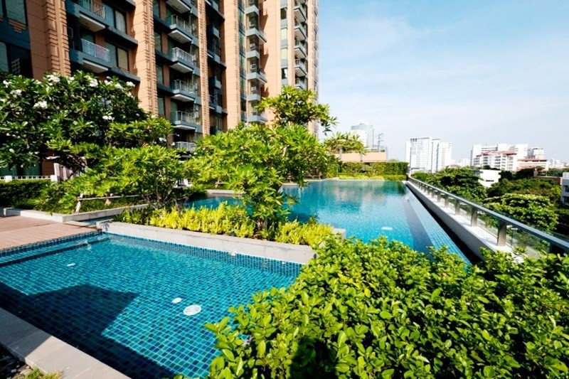 Villa Asoke Condominium - swimming pool and park area 02