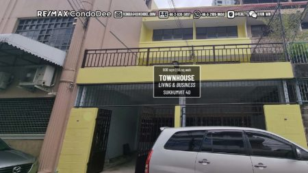 Townhouse for living and business in Sukhumvit 40 for sale - 4-bedroom - large rooftop - business on ground floor