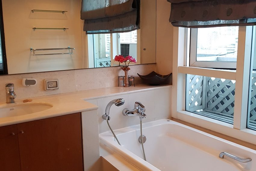 Wilshire Sukhumbit 22 2-bedrooms spacious condo sale - bathroom