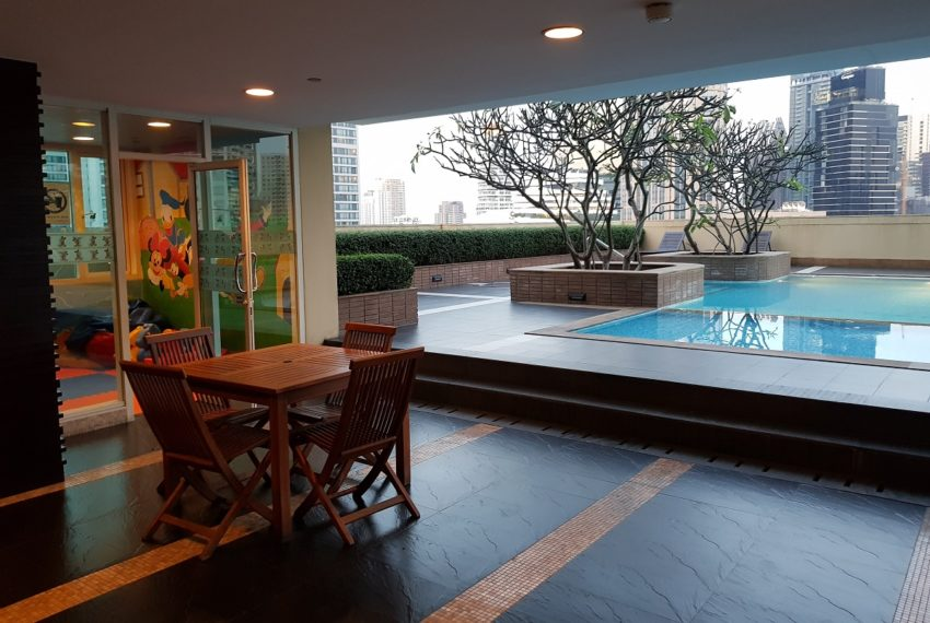 Wilshire Sukhumvit 22 Condo - pool and playground