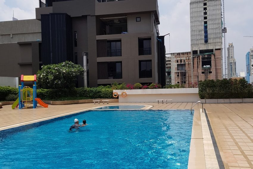 Windsor Tower Sukhumvit 20 - playground and pool