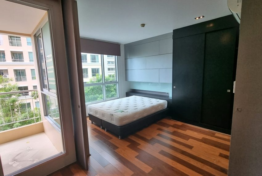 bedroom with sliding wall